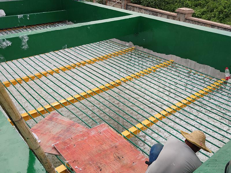 废水处理生物填料正在安装中
